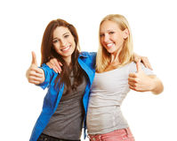 2 женщины держа большие пальцы руки вверх Стоковое Изображение