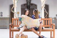 2 женщины держа большую карту перемещения Стоковая Фотография