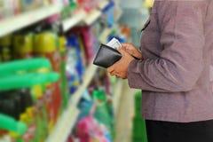 Женщины держа деньги Стоковое Фото