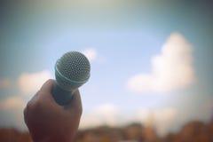 Женщины держа микрофон с instagram любят в перекрестный обрабатывать Стоковые Изображения RF