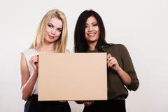 2 женщины держа пустую доску Стоковые Фото