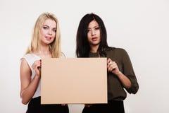 2 женщины держа пустую доску Стоковые Изображения