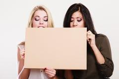 2 женщины держа пустую доску Стоковое Изображение