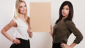 2 женщины держа пустую доску Стоковое Фото