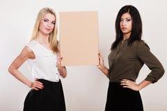 2 женщины держа пустую доску Стоковое Изображение RF