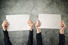 2 женщины держа плакаты чистого листа бумаги Стоковая Фотография RF