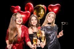 Женщины держа стекла шампанского Стоковые Изображения RF