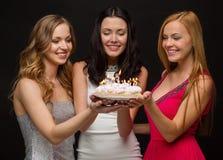 3 женщины держа торт с свечами Стоковые Фото