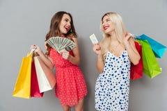 2 женщины держа хозяйственные сумки и кредитную карточку Стоковые Фото