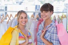 Женщины держа хозяйственные сумки Стоковые Фотографии RF