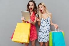 2 женщины держа хозяйственные сумки Стоковое фото RF
