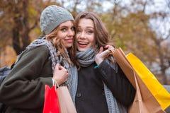 2 женщины держа хозяйственные сумки outdoors Стоковая Фотография RF