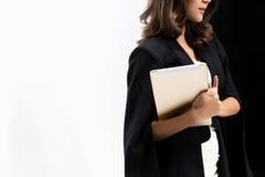 Женщины держа цифровую таблетку Стоковая Фотография RF