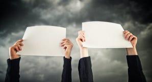 2 женщины держа чистый лист бумаги Стоковая Фотография