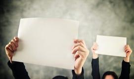 2 женщины держа чистый лист бумаги Стоковые Изображения RF