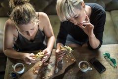 Женщины есть в кафе Стоковое Изображение RF