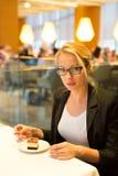 Женщины есть десерт в причудливом ресторане Стоковая Фотография RF