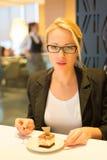 Женщины есть десерт в причудливом ресторане Стоковые Изображения RF