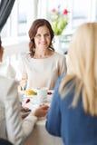 Женщины есть десерт и говоря на ресторане Стоковое фото RF