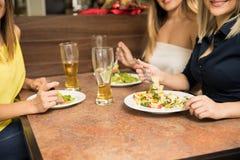 Женщины есть на ресторане Стоковые Фото