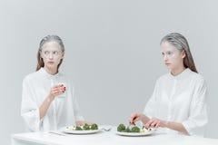 2 женщины есть на таблице Стоковое Изображение