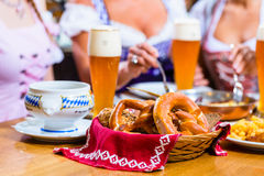 Женщины есть обед в баварском ресторане Стоковые Изображения