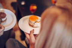 Женщины есть очень вкусный десерт Стоковое Изображение