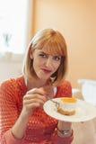 Женщины есть очень вкусный десерт Стоковое фото RF