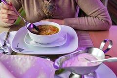 Женщины есть суп и сливк Стоковые Фотографии RF