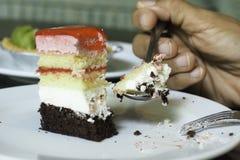 Женщины есть торт Стоковые Фото