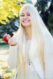 Женщины есть яблоко Стоковая Фотография