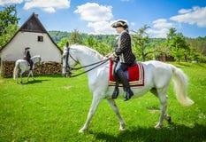 2 женщины ехать белые лошади Стоковое Изображение RF