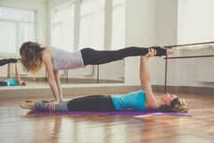 2 женщины делают йогу внутри помещения Стоковые Фото