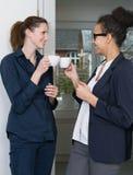 2 женщины делают перерыв на чашку кофе Стоковое Изображение RF