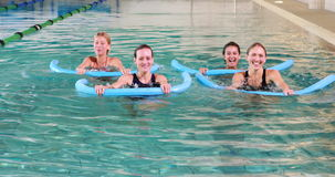 4 женщины делая аэробику aqua усмехаясь на камере акции видеоматериалы