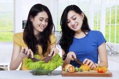 2 женщины делая здоровую еду Стоковое Фото