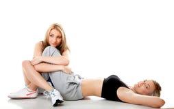 2 женщины делая изолированную тренировку пригодности Стоковые Фотографии RF