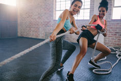 2 женщины делая интенсивную разминку на спортзале Стоковая Фотография RF
