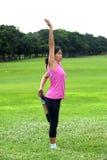 Женщины делая йогу в парке Стоковое фото RF