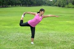 Женщины делая йогу в парке Стоковые Фотографии RF