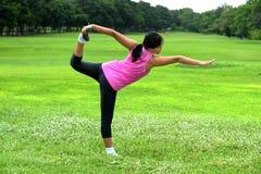 Женщины делая йогу в парке Стоковые Изображения