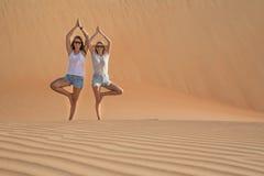 2 женщины делая йогу в пустыне Стоковые Изображения RF