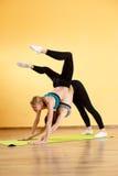 Женщины делая йогу в спортзале Стоковые Фотографии RF