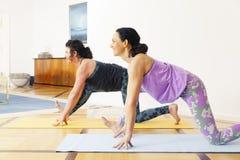 2 женщины делая йогу дома Стоковое Изображение