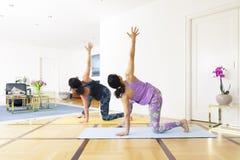 2 женщины делая йогу дома Стоковое Изображение RF