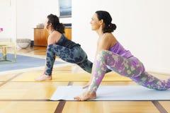 2 женщины делая йогу дома Стоковое Фото