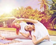 Женщины делая йогу работают outdoors Стоковое Изображение RF