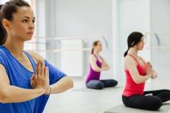 Женщины делая йогу Стоковое Изображение RF