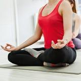 2 женщины делая йогу Стоковые Фотографии RF