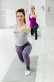 Женщины делая йогу Стоковые Изображения RF